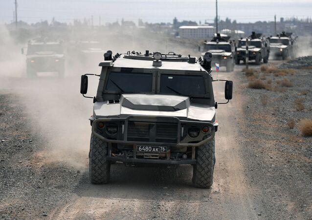 Veículos blindados Tigr durante as manobras de comando com o contingente militar das forças coletivas de reação rápida da Organização do Tratado de Segurança Coletiva, Vzaimodeistvie 2018 (Interação 2018)