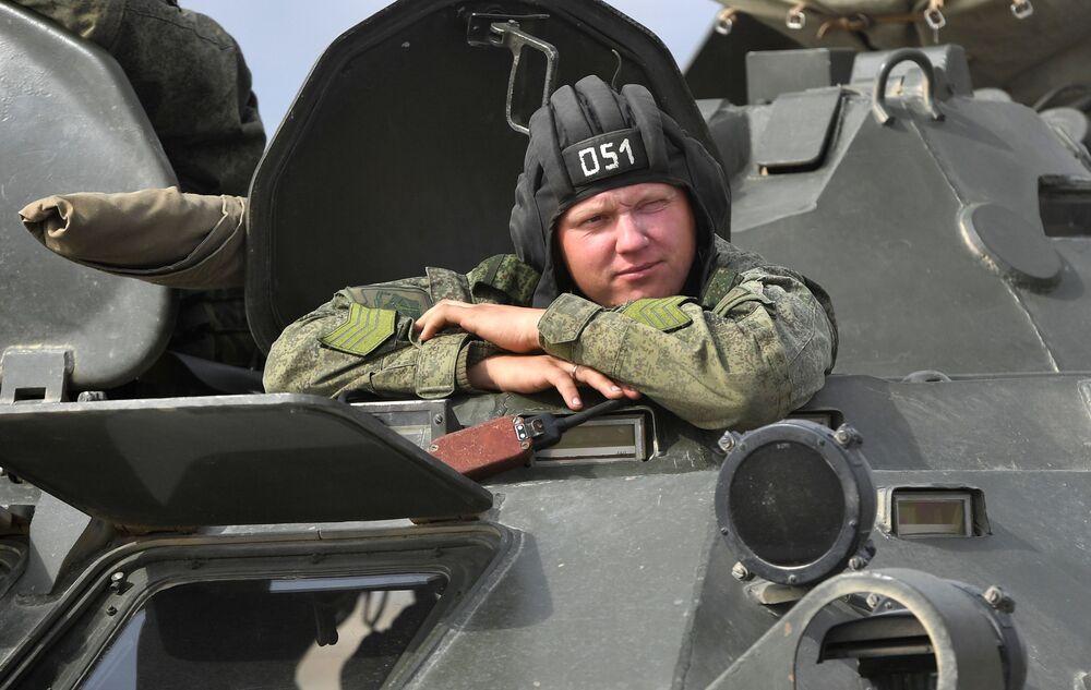Soldado durante as manobras de comando com o contingente militar das forças coletivas de reação rápida da Organização do Tratado de Segurança Coletiva, Vzaimodeistvie 2018 (Interação 2018)