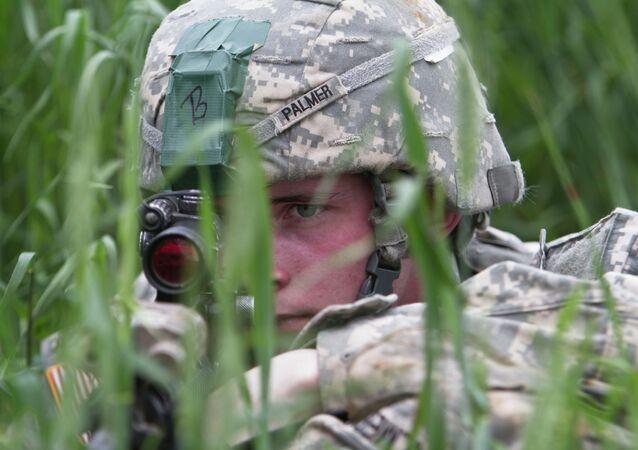 Paraquedista dos EUA, que faz parte da missão de paz da OTAN no Kosovo