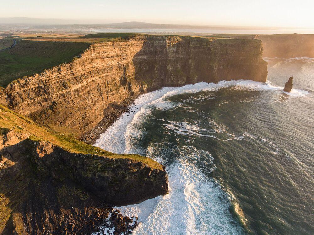 Os Penhascos de Moher, no condado de Clare, são uma das principais atrações da Irlanda, oferecendo vistas incríveis para apreciar andando de bicicleta.