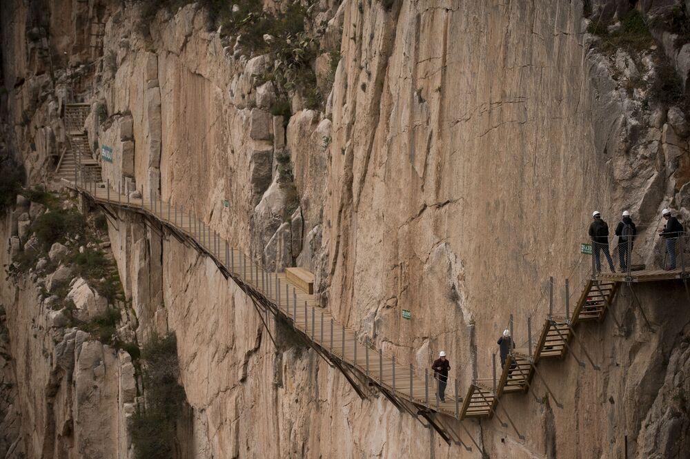 O Caminito del Rey, na província espanhola de Málaga, é uma trilha de cerca de 3 km de extensão suspensa a 100 m de altura sobre o rio Guadalhorce. O percurso foi fechado em 2000 após a morte de três alpinistas e reaberto em 2015 após sua restauração, virando uma atração turística.