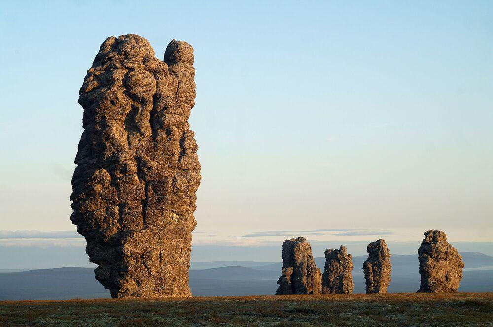 As formações rochosas de Manpupuner são um conjunto de 7 pilares de pedra que ficam na república de Komi, na Rússia. O lugar fica longe da zona habitada e pode ser atingido a pé apenas por turistas bem preparados.