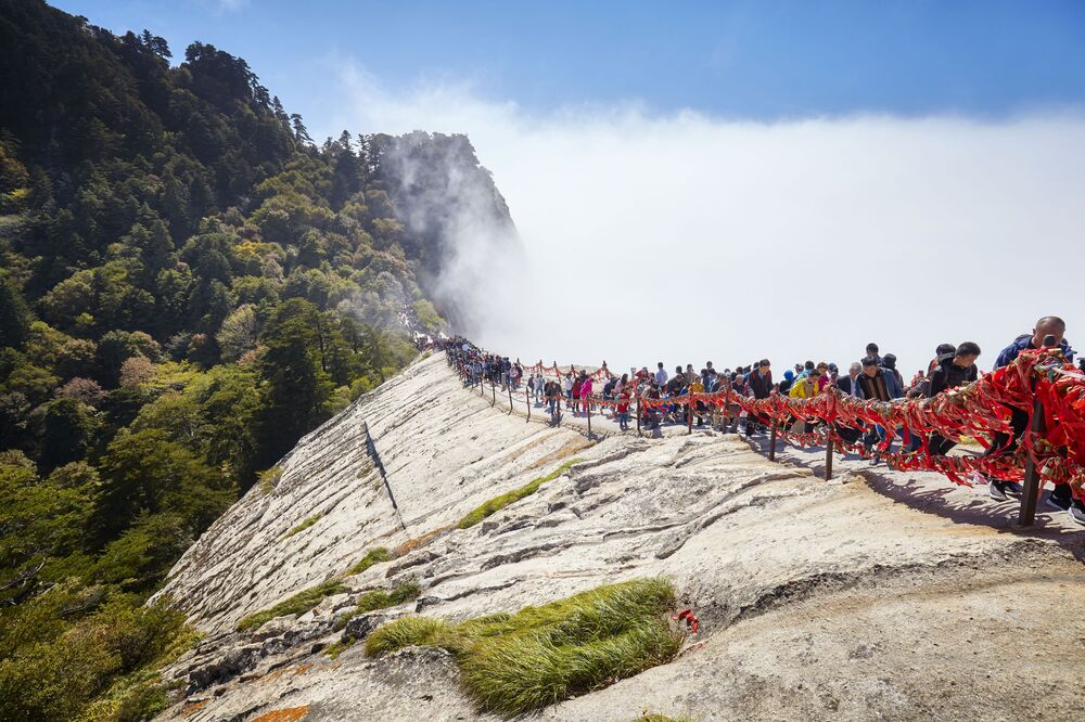 O caminho no monte Hua, na China, é considerado um dos mais assustadores do mundo com seus trilhos íngremes nas rochas.