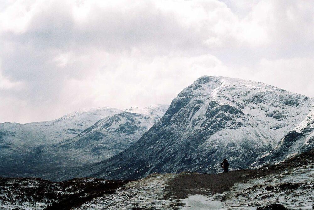 A trilha pela cordilheira de Aonach Eagach, na Escócia, tem mais de 6 quilômetros e mostra uma das mais belas paisagens do país.