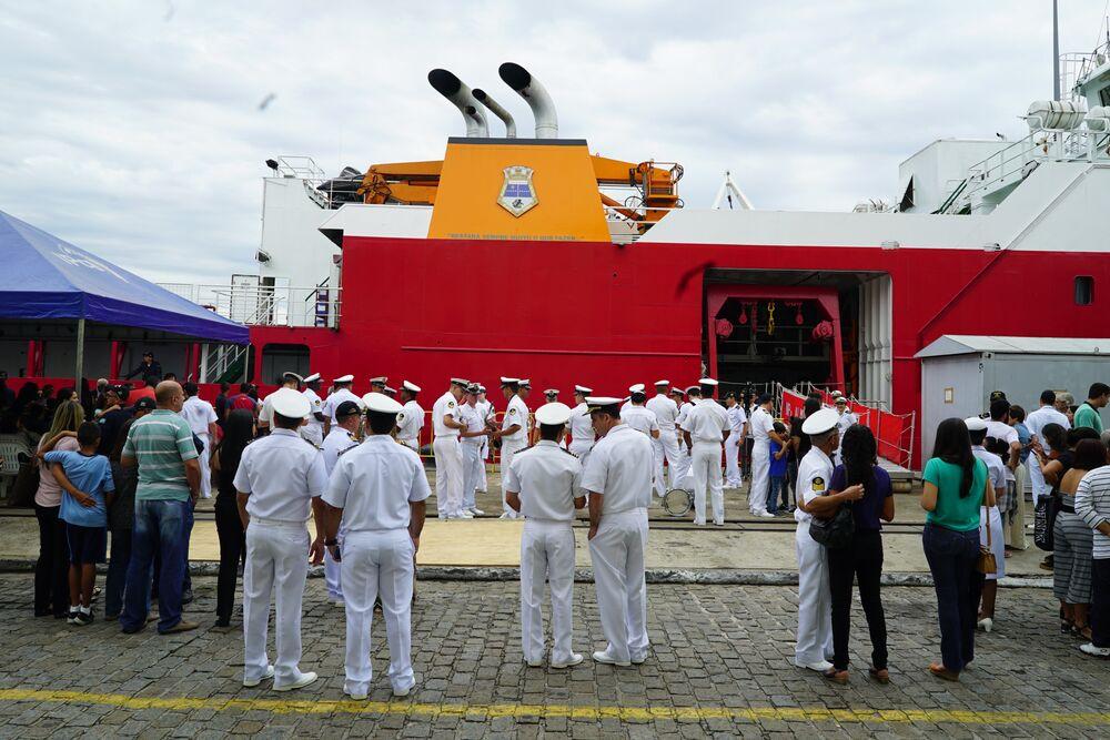 Militares da banda da Marinha descansam após apresentações em homenagem à partida do navio polar Almirante Maximiano, no Arsenal de Marinha do Rio de Janeiro