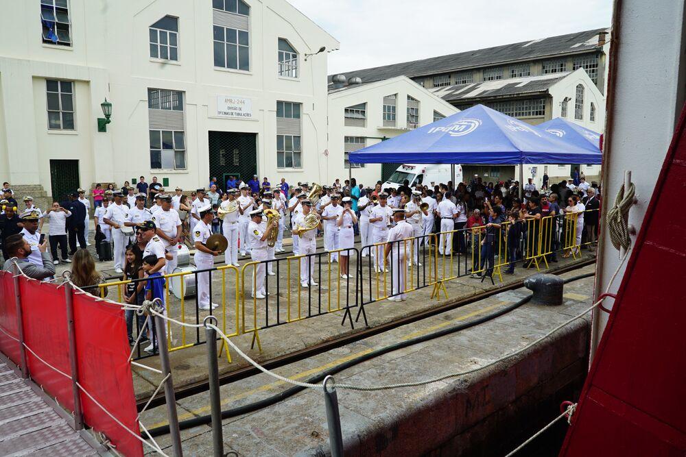 Banda da Marinha toca em frente ao navio polar Almirante Maximiano, no Arsenal de Marinha do Rio de Janeiro