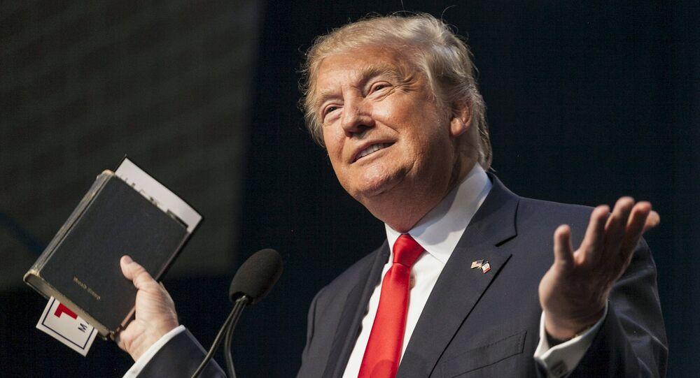 Presidente dos EUA Donald Trump durante a campanha eleitoral em 2015 com a Bíblia nas mãos