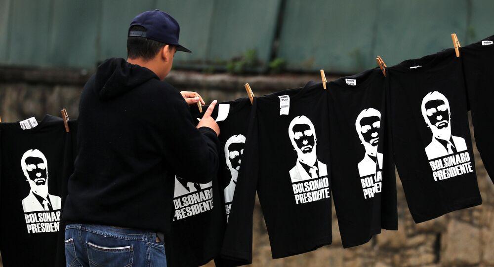 Homem vende camisetas de Jair Bolsonaro no Brasil