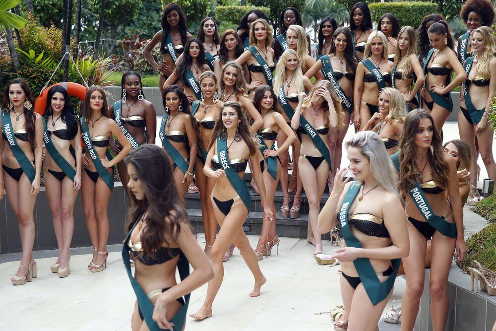 Candidatas ao título de Miss Terra 2018 durante uma sessão de fotos à beira da piscina, Manila (Filipinas) em 11 de outubro de 2018