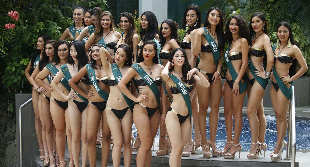 Candidatas de vários países posam para foto com traje de banho à beira da piscina durante o concurso Miss Terra 2018, em Manila (Filipinas)
