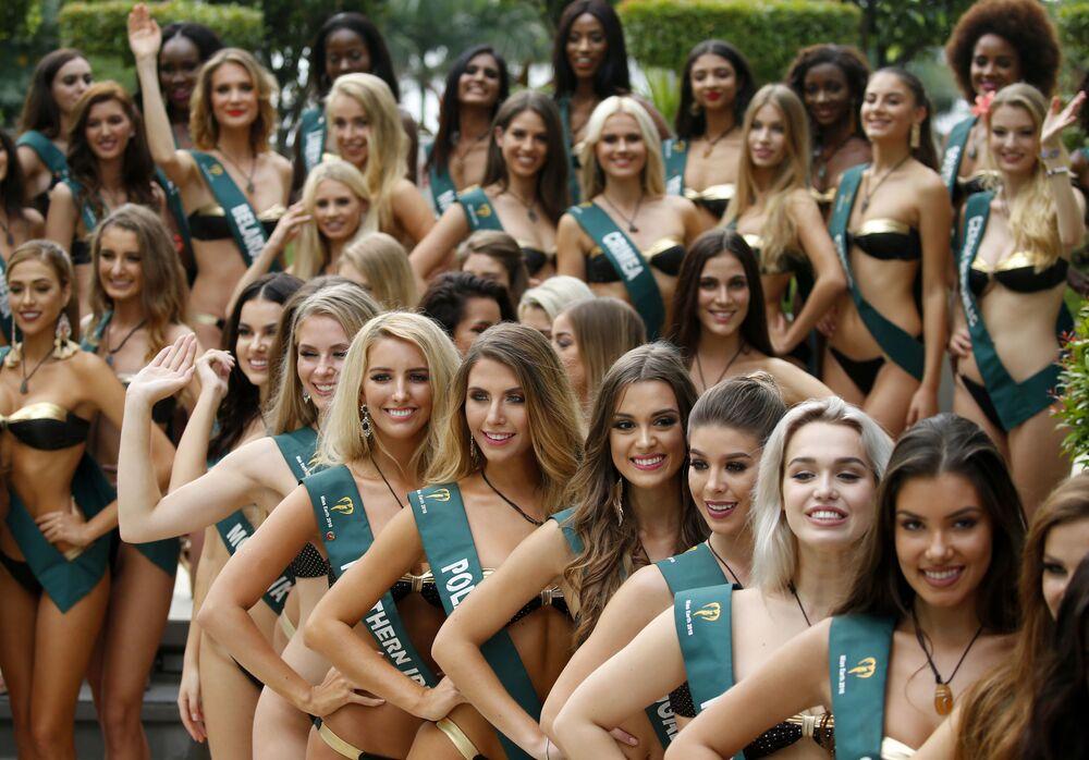 Algumas das candidatas, representantes de vários países, posam para foto durante o concurso Miss Terra 2018, em Manila (Filipinas)