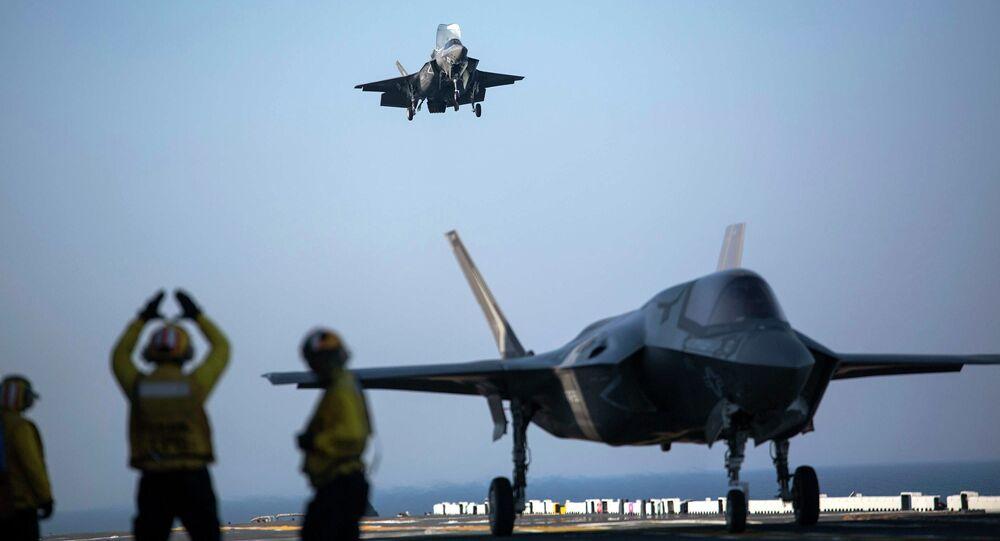 Caça F-35B Lightning II da Marinha dos EUA aterrissando no navio de assalto anfíbio USS Wasp