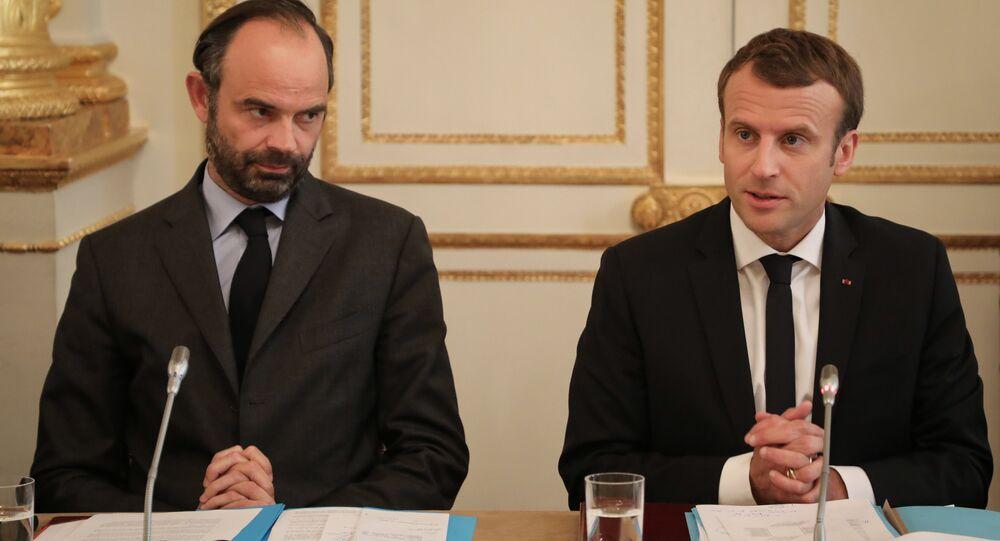 Primeiro-ministro francês, Edouard Phillipe (à esquerda), e o presidente francês, Emmanuel Macron (à direita) em um encontro no Palácio do Eliseu.