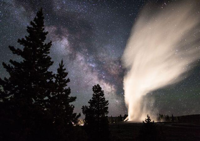 Via Láctea aparece no céu por cima do Parque Nacional de Yellowstone, nos EUA