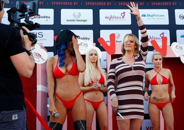 Atriz de pornô Stormy Daniels participa de uma exposição erótica em Berlim, na Alemanha
