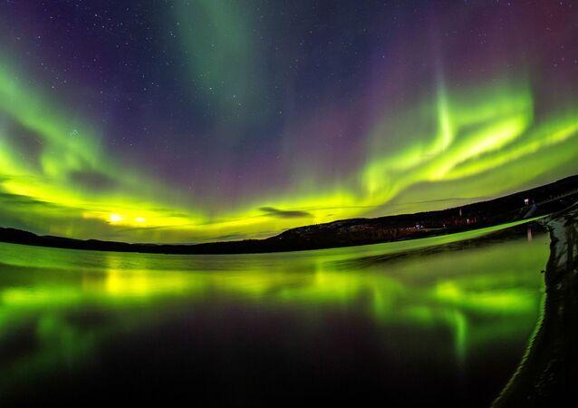 Aurora boreal nos arredores do rio Ura, na região russa de Murmansk (imagem referencial)
