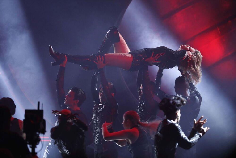 Cantora norte-americana Taylor Swift se apresenta durante a cerimônia do prêmio American Music Awards