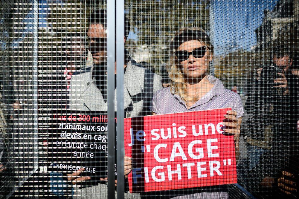 Atriz Pamela Anderson e seu parceiro de dança, Maxime Dereymez, participam de um protesto contra engaiolamento de animais, em Paris
