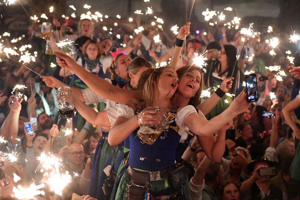 Visitantes celebram último dia do festival de cerveja Oktoberfest, em Munique