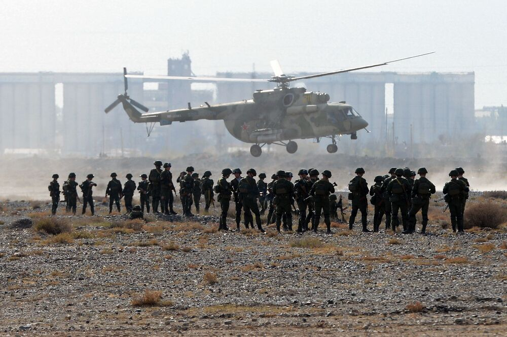 Militares no decorrer das manobras de comando com o contingente das forças coletivas de reação rápida da Organização do Tratado de Segurança Coletiva, Vzaimodeistvie 2018 (Interação 2018)