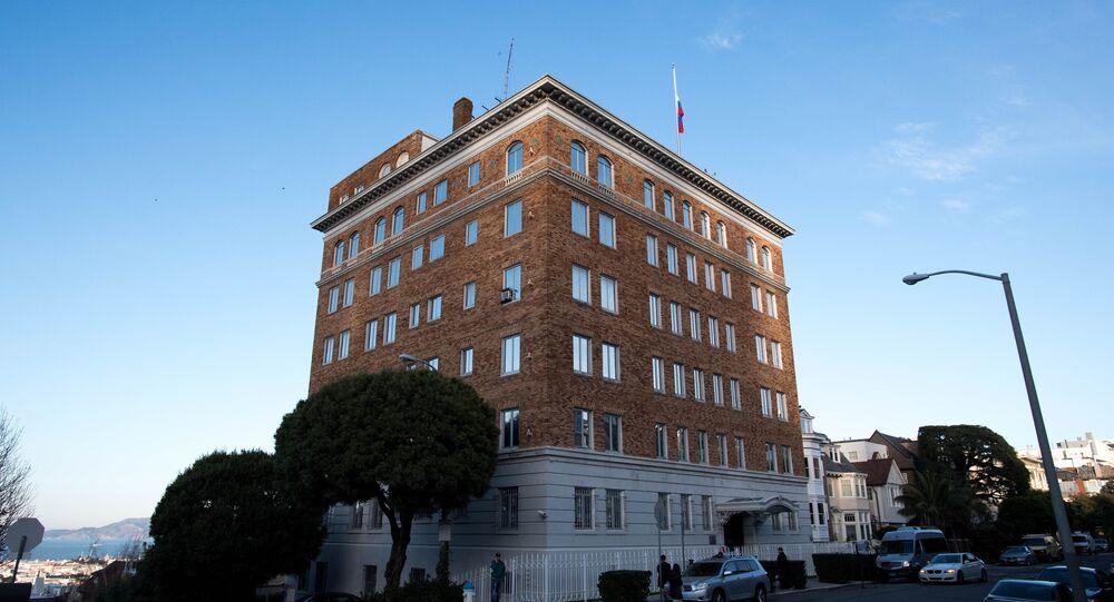 As pessoas passam pelo Consulado-Geral da Rússia em São Francisco, Califórnia.