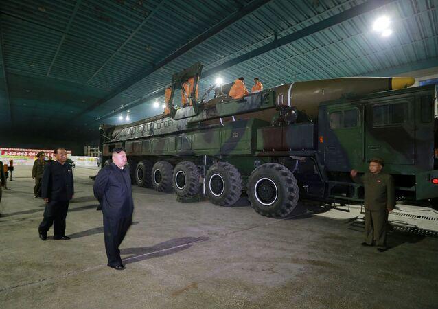 Líder norte-coreano Kim Jong-un inspeciona míssil balístico intercontinental Hwasong-14 em Pyongyang, Coreia do Norte (foto de arquivo)