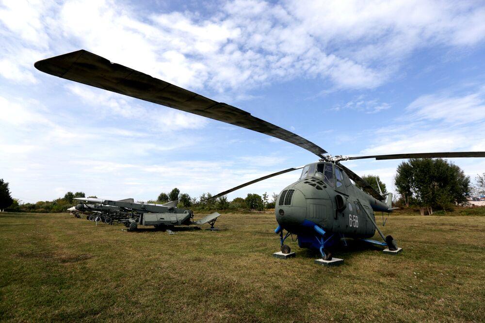 Helicóptero Mi-4 na base aérea de Kucove, Albânia