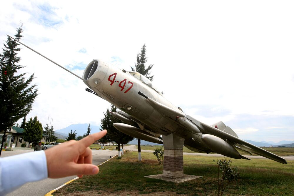 Caça MiG-19 estacionado na base aérea albanesa de Kucove