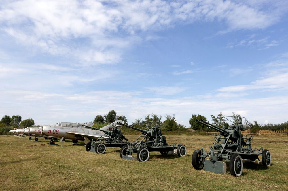 Veículos militares posicionados na base aérea albanesa de Kucove