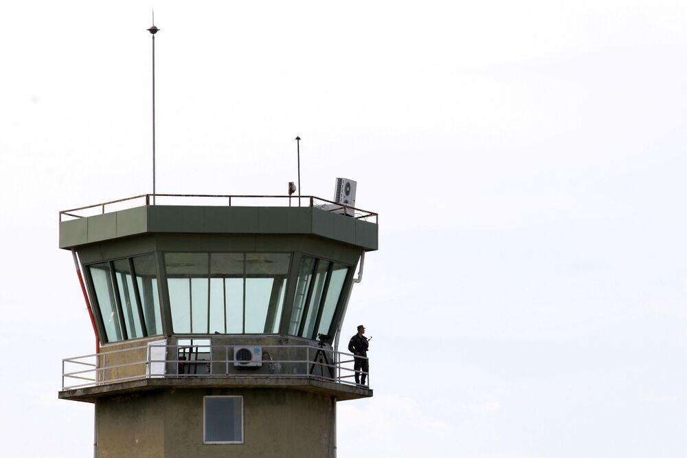 Militar albanês na torre de controle de tráfego aéreo na base aérea de Kucove