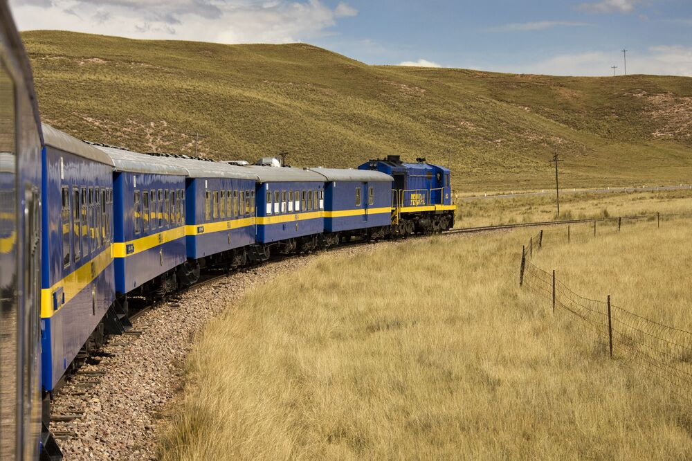 Trem operado pela companhia Perurail, no Peru, que viaja em grandes altitudes através das Cordilheiras dos Andes até Puno e Lago Titicaca