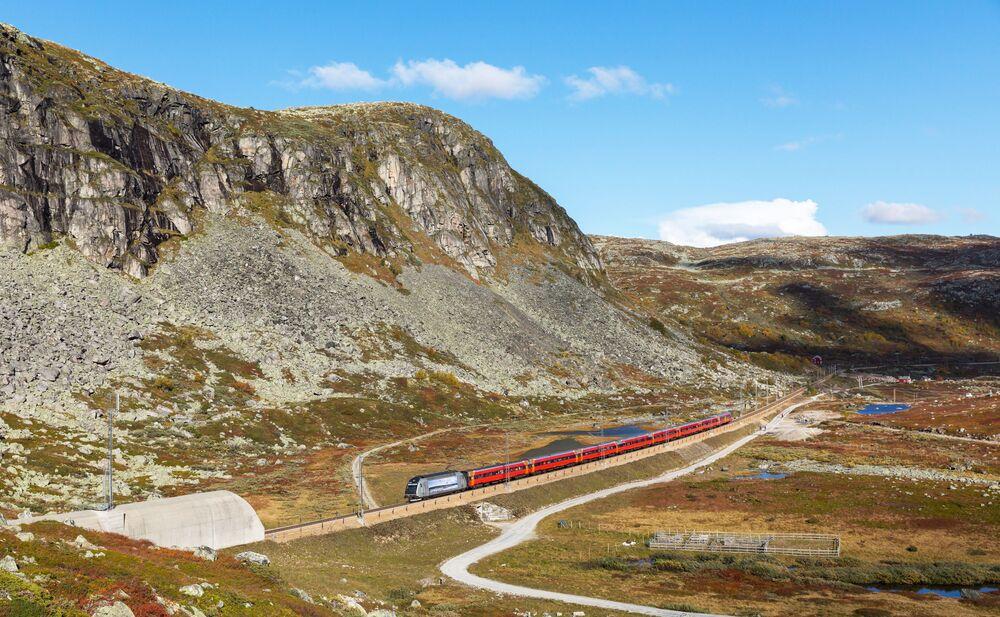 Trem ferroviário, que liga as cidades de Oslo e Bergen (Noruega), prestes a entrar no túnel de Tunga