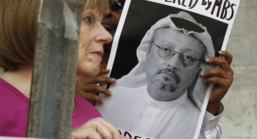 Pessoas seguram sinais durante um protesto na Embaixada da Arábia Saudita sobre o desaparecimento do jornalista saudita Jamal Khashoggi.