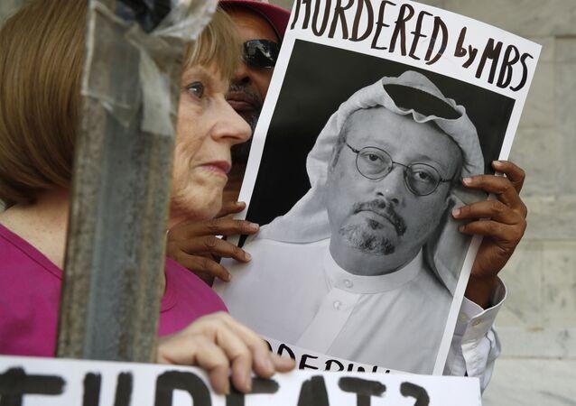Pessoas seguram cartazes durante protesto na Embaixada da Arábia Saudita sobre o desaparecimento do jornalista saudita Jamal Khashoggi