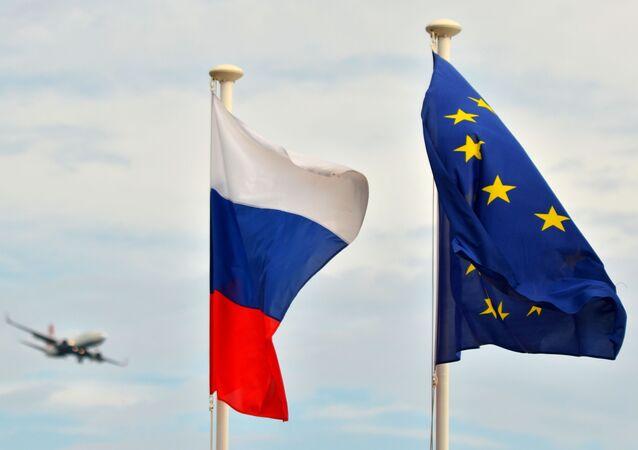 Bandeiras da Rússia e da União Europeia (arquivo)