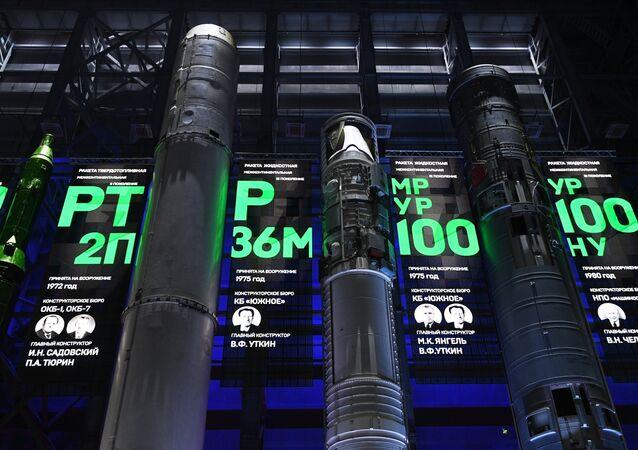 Exemplares de mísseis balísticos de 1ª geração exibidos no centro científico da Academia Militar das Tropas de Mísseis Estratégicos, Rússia