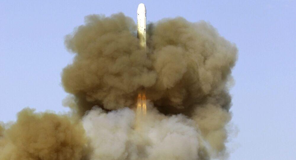 Lançamento de míssil balístico intercontinental russo de tipo RS, a partir do cosmódromo de Baikonur, Cazaquistão