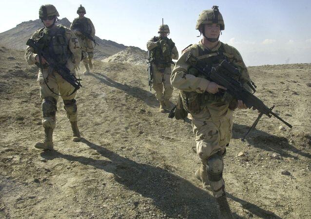 Soldados americanos patrulham o perímetro de um esconderijo de armas a seis quilômetros da base militar dos EUA em Bagram, Afeganistão.