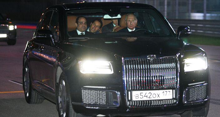 O presidente da Rússia, Vladimir Putin e o seu homólogo egípcio, Abdel Fattah al-Sisi, no carro Aurus na pista de Fórmula 1 da cidade russa de Sochi