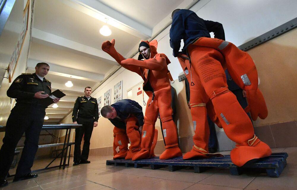 Marinheiros da Frota do Pacífico vestindo trajes de mergulho durante treinamentos de preparação para resgate em um centro de preparação no decorrer de exercícios navais em Vladivostok