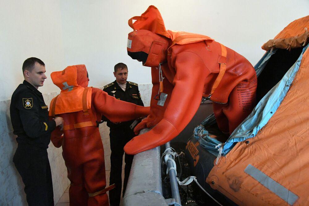 Marinheiros da Frota do Pacífico treinando operações de resgate em um centro de preparação durante exercícios militares em Vladivostok