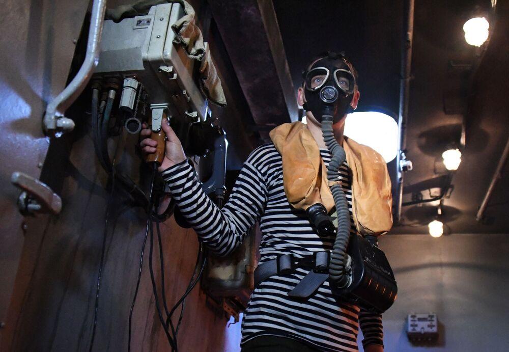 Marinheiro da Frota do Pacífico treinando operações de combate ao fogo em um centro de preparação durante exercícios militares em Vladivostok