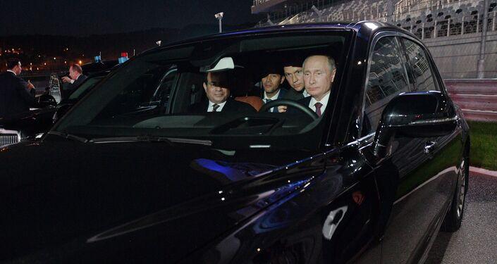 O presidente da Rússia, Vladimir Putin e seu homólogo egípcio, O presidente da Rússia, Vladimir Putin e seu homólogo egípcio, Abdel Fattah al-Sisi, no carro Aurus na pista de Fórmula 1 da cidade russa de Sochi, no carro Aurus na pista de Fórmula 1 da cidade russa de Sochi