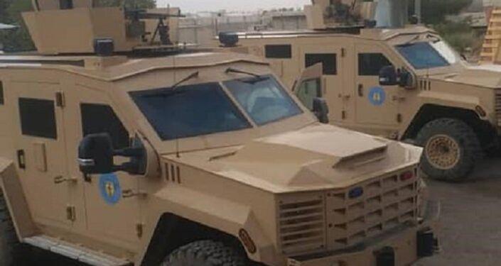 Veículos blindados, enviados pelos EUA para a cidade síria de Manbij, com emblemas do Conselho Militar de Manbij