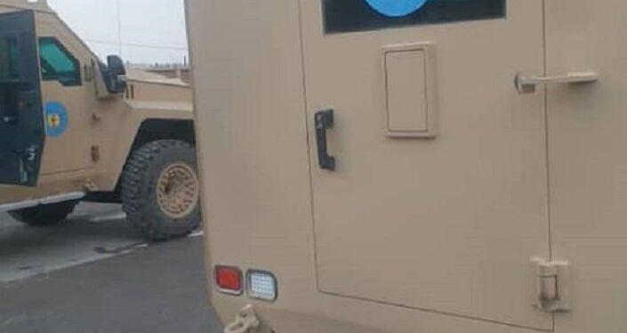 Veículo blindado, enviado pelos EUA a Manbij (Síria), com emblema do Conselho Militar de Manbij colado no vidro