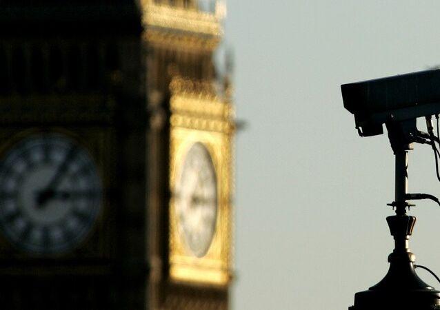Uma câmera de CCTV (Circuito Fechado de Televisão) é vista em frente ao Big Ben no centro de Londres