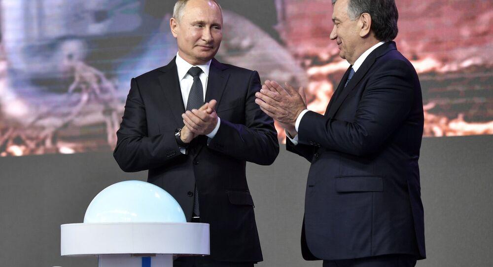 O presidente da Rússia, Vladimir Putin, e seu homólogo Uzbequistão, Shavkat Mirziyoyev, assinam acordo de cooperação nuclear em 19 de outubro de 2018.
