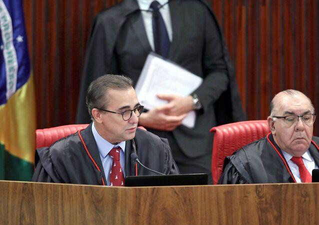 Ministros Admar Gonzaga e Jorge Mussi durante sessão plenária do Tribunal Superior Eleitoral (TSE) em 18 de outubro de 2018