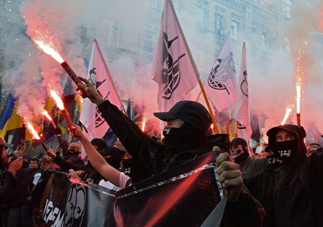 Participantes de marcha nacionalista dedicada ao 76º aniversário do Exército Insurgente da Ucrânia (organização extremista proibida na Rússia) em Kiev