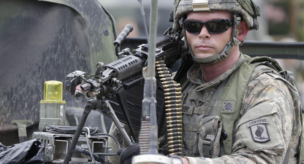 Soldado norte-americano armado